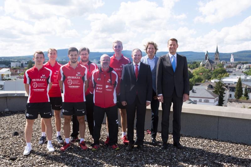 Das Bundesliga-Team des TTC OE mit Betreuern und den Bürgermeistern der Stadt Bad Homburg
