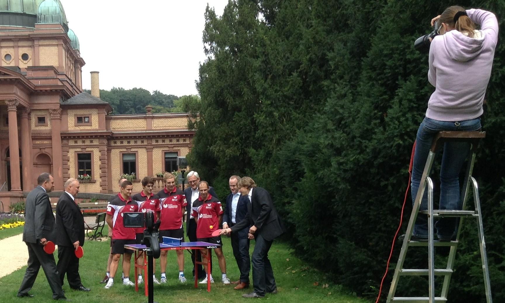 AleX auf der Leiter beim Fotografieren des offiziellen Gruppenbildes für den TTC Ober-Erlenbach