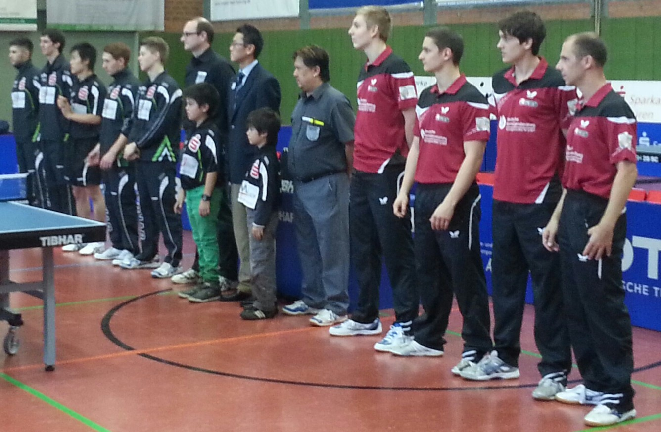 Aufstellung beider Teams in Jülich von links TTC indeland Jülich, Schiedsrichter und TTC OE