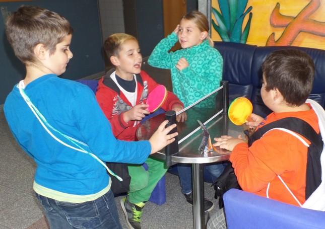 Begeisterte Kinder am TT-Bistrotisch