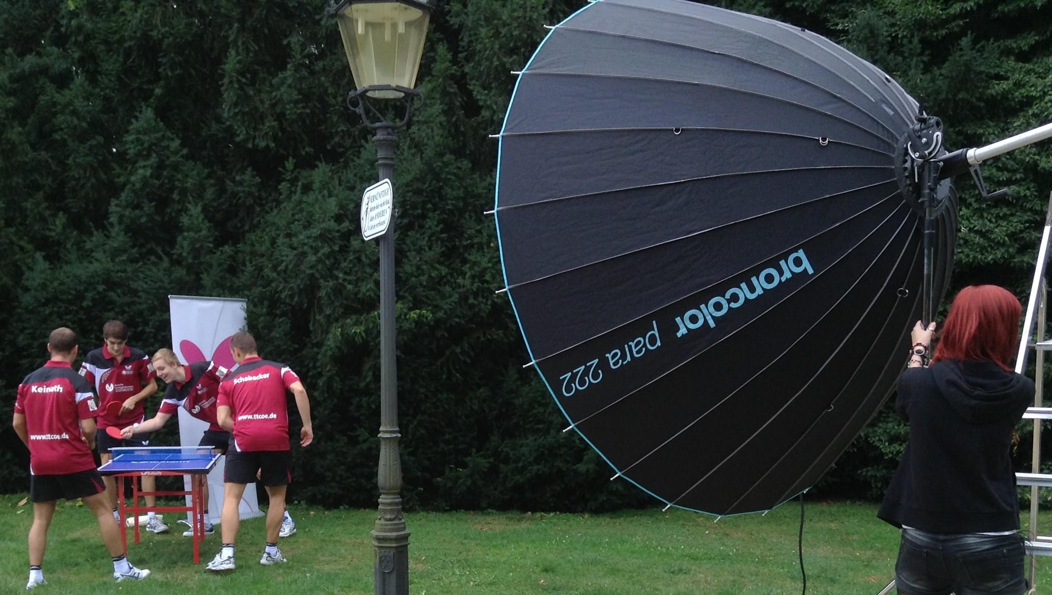 Der riesige und teure Licht-Schirmreflektor soll die Spieler ins rechte Licht rücken