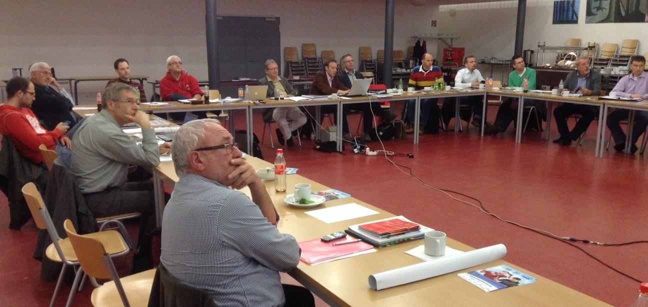Die Vereinsvertreter der 2. BL Herren in der Aula der Eliteschule des Sports, Carl-von-Weinberg-Schule