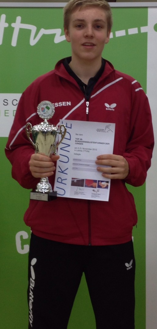 Dominik Scheja mit dem Pokal fr den zweiten Platz