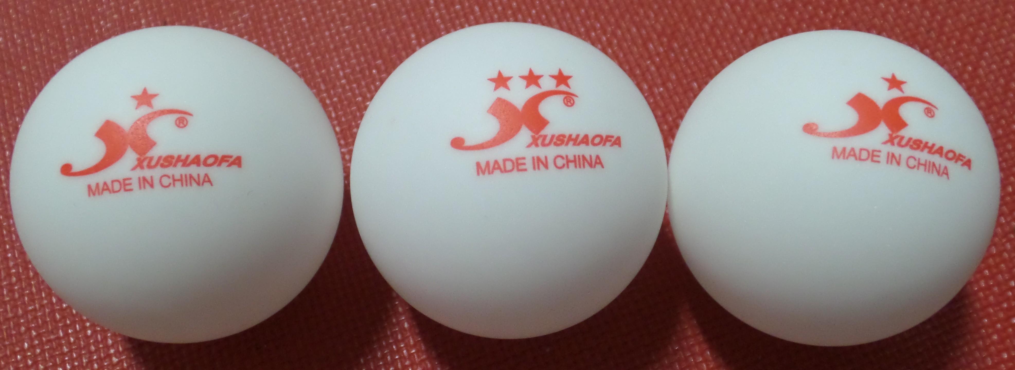 Drei Tischtennis-Bälle aus Plastik und ohne Naht, zwei Trainingsbälle und ein ***Wettkampfball