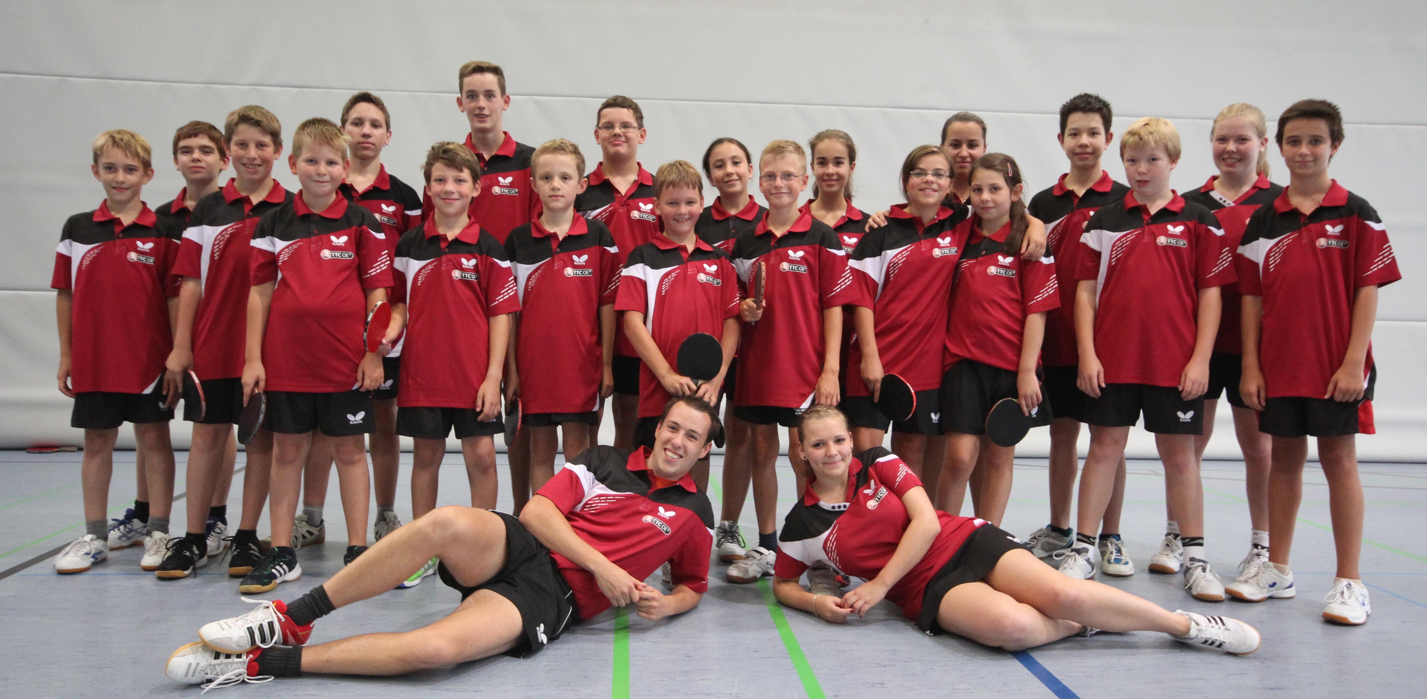 Die Kinder und Jugendlichen des TTC OE mit Jugendwart Sören Sobek und den Trainern