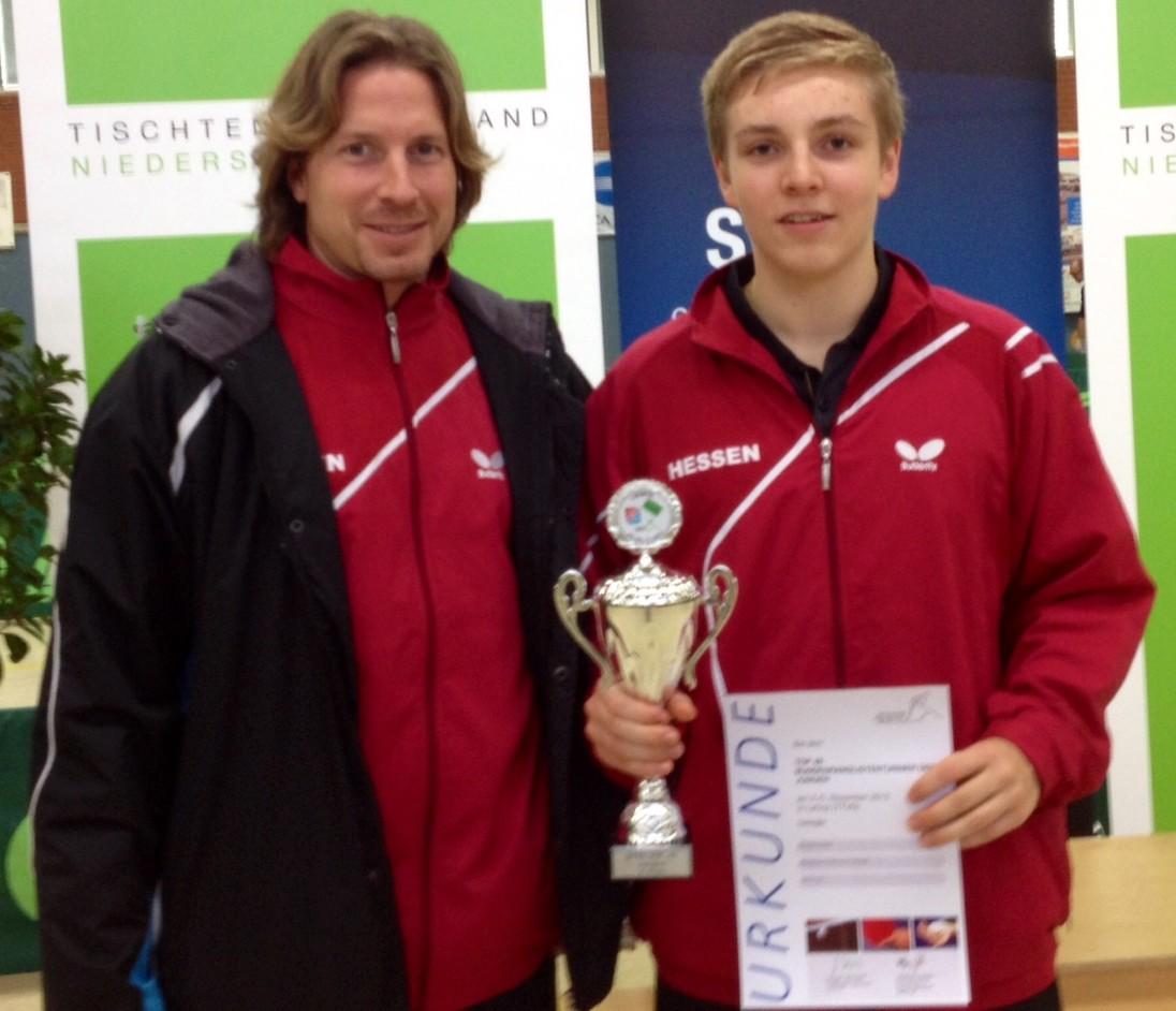 Teammanager Jo Herrmann ist stolz auf seinen Schüler und Spieler Dominik Scheja