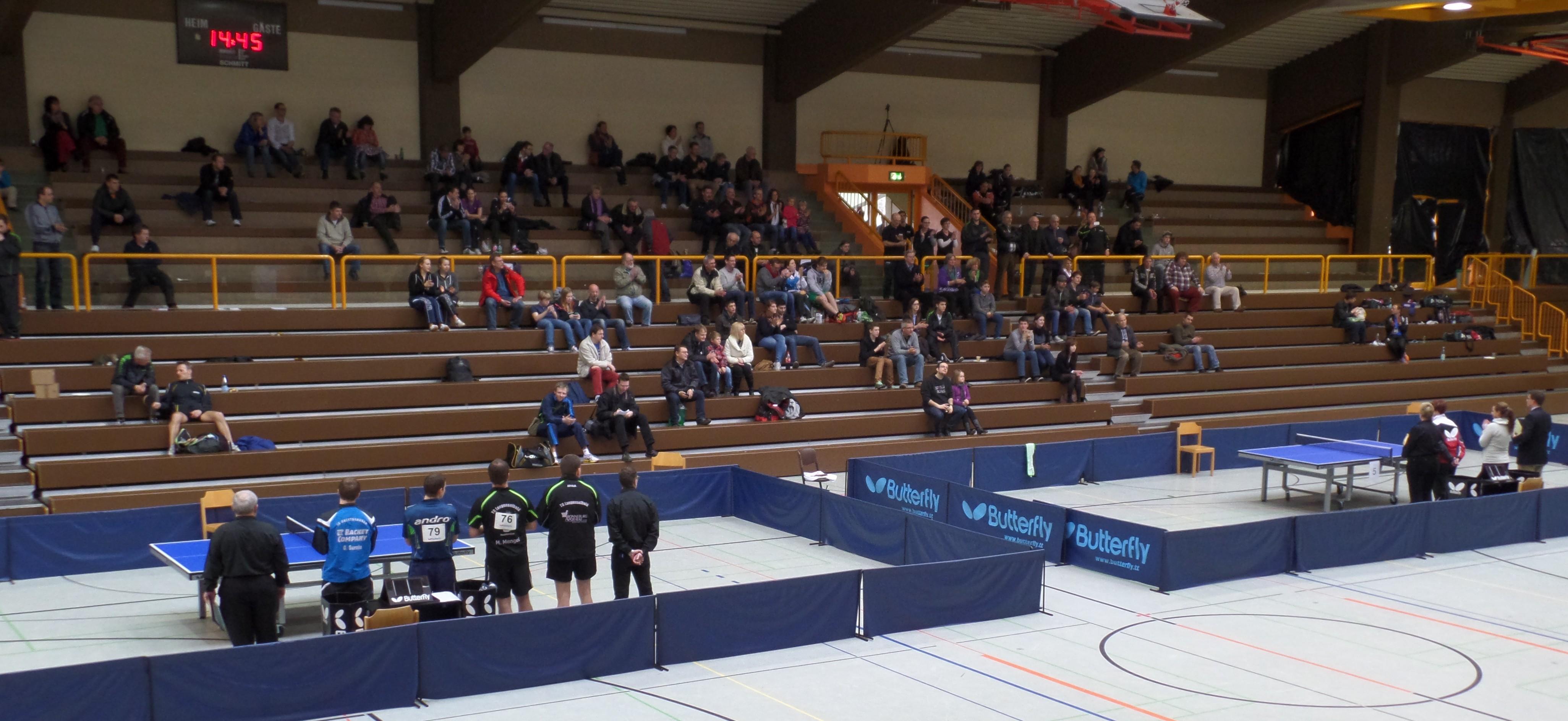 Blick in die Kreissporthalle Limburg kurz vor Beginn der Finals im Herren-Doppel und Damen-Einzel