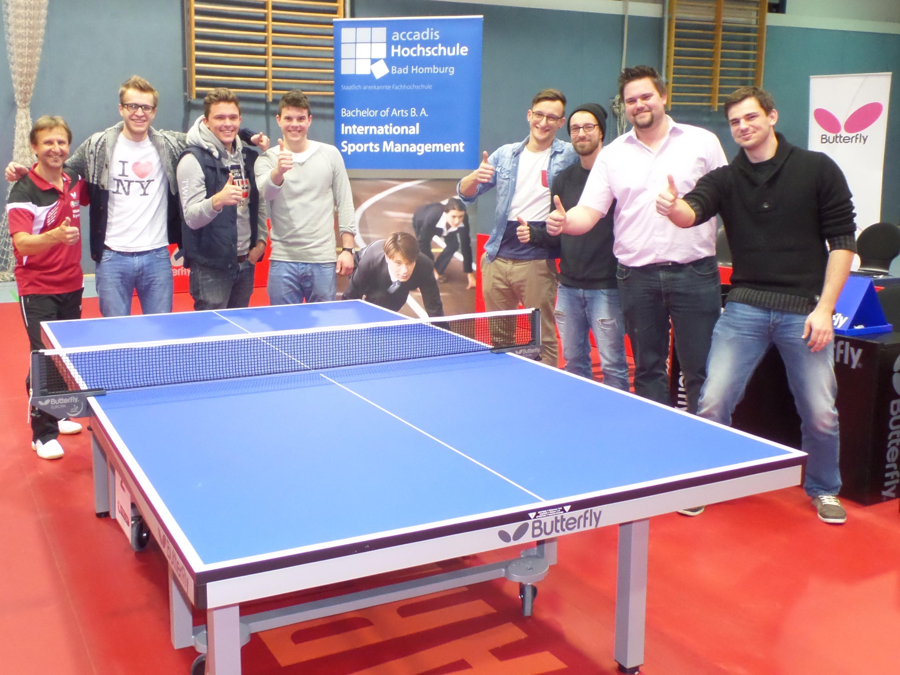 Die Studenden ISM der accadis-Hochschule beim Gruppenfoto mit Pressesprecher Wieland Speer nach dem Match