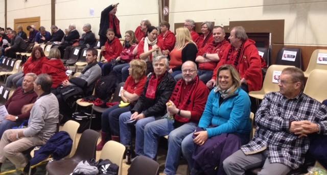 Fans des TTC OE in Siek kurz vor dem Spiel