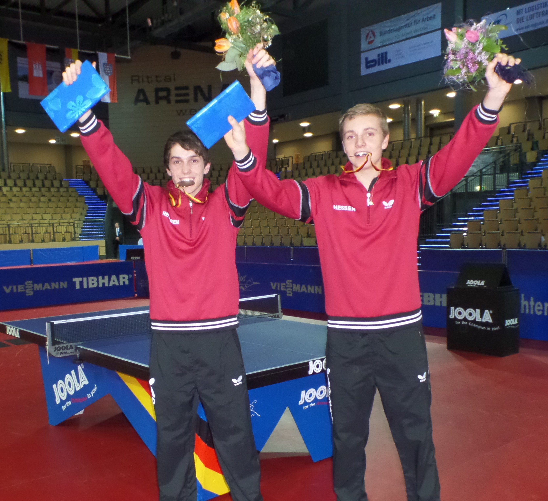 images/Julian und Dominik nach der Siegerehrung mit ihren Medaillen im Mund.JPG