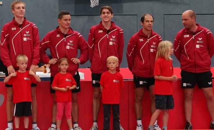 /Bundesligacoach mit seinen vier Spielern.jpg