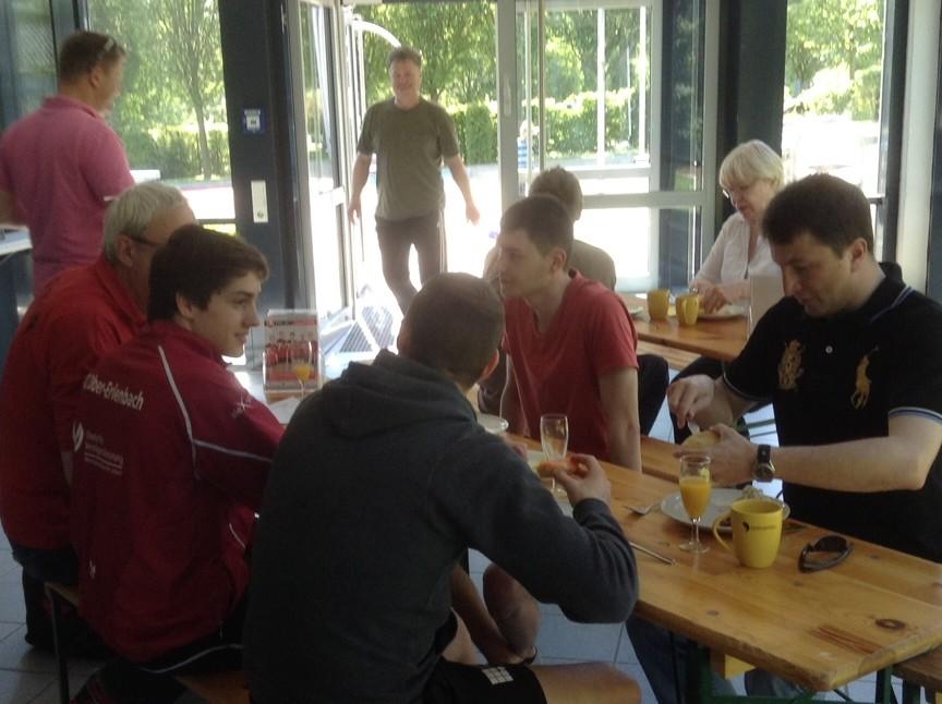/Bundesligaspieler und erste Gste beim Frhstck.JPG