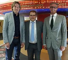 /artikel/14-15/Jo Herrmann mit Spielbank-Verantwortlichen.jpg