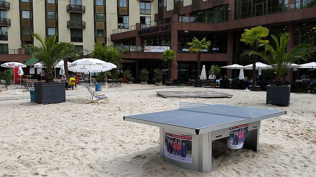 /artikel/14-15/Outdoor-TT-Tisch im Beach-Club.jpg